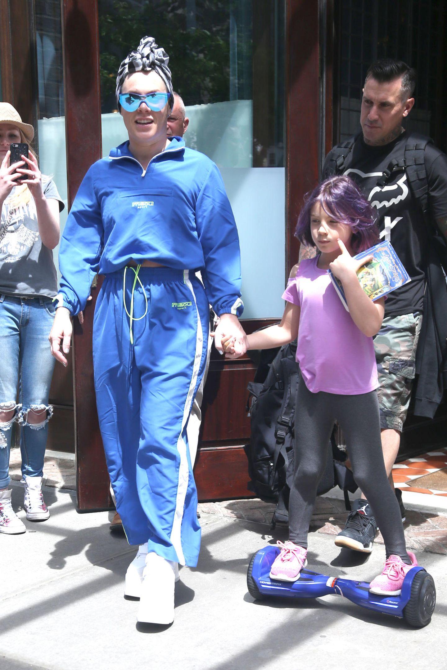 21. Mai 2019  Sängerin Pink ist mit ihrem Ehemann Carey und Töchterchen Willow in New York unterwegs. Ihre Tochter scheint allerdings etwas fußfaul zu sein und fährt lieber lässig mit ihrem Hoverboard neben Mama und Papa entlang.