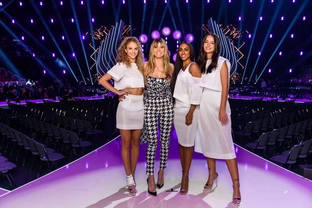 Heidi Klum und die drei Finalistinnen der 14. Staffel von GNTM. Von links: Simone, Sayana undCäcilia