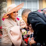 22. Mai 2019  Königin Máxima wird mit einem Handkuss vorSchloss Sanssouci in Potsdam verabschiedet.