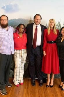 Lady in Red: Ivanka Trump glänzt in Indianapolis in einem roten Midikleid. Mit einem breiten, dunklen Taillengürtel betont sie ihre schmale Körpermitte.