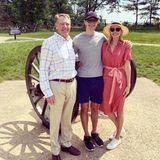 """Gemeinsam mit ihrem Mann, Jared Kushner, besucht First Daughter Ivanka Trump """"The Battlefields of Gettysburg"""" in Pennsylvania. Dabei zeigt sich Ivanka im absoluten Freizeitlook. Die Blondine trägt ein luftiges Hemdblusenkleid in Kombination mit einem Strohhut und weißen Sneakern. Ihre Taille betont sie mit einem gestreiften Band, das sie zu einer Schleife gebunden trägt."""