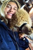 """""""Sehen wir uns ähnlich?"""", scherzt Hailey Bieber unter einem süßen Schnappschuss, auf dem sie mit einemniedlichen Alpaka kuschelt. Die Fans des Models sind von dem tierischen Shootingpartner allerdings total begeistert und überhäufen Hailey mit lieben Komplimenten."""