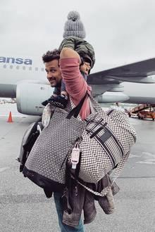 """22. Mai 2019  Mama Annie Carpendale hat """"nur das Nötigste"""" gepackt, und Wayne übernimmt den Transport, auch vom kleinen Mads. Auf Papas Schultern sieht das Flugzeug dann auch gar nicht mehr so groß aus. Gute Reise!"""