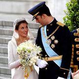 """Königin Letizias """"Schneewittchenkleid"""" mit kunstvoll besticktemKragen wurde von Designer Manuel Pertegaz entworfen und steht der Frau von König Felipe ausgezeichnet. Zu ihrem Brautkleid trägt sie eine funkelnde Tiara und ebenso funkelnde Ohrringe."""