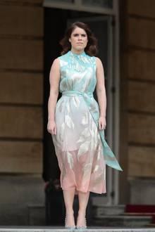 Im Kleid von Peter Pilotto macht Prinzessin Eugenie einen frisch sommerlichen Eindruck. Wählt sie meist eher klassische Looks, greift sie Ende Mai 2019 plötzlich zu diesem viel moderneren Style. Ganz besonders der pastellige Farbverlauf fällt positiv ins Auge.