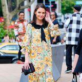 Katie Holmes weiß genau, wie sie ein vermeintliches Granny-Kleid richtig kombiniert. Mit Stiefeletten von Dolce&Gabbana und einer coolen Clutch bekommt sie den modernen Twist hin.