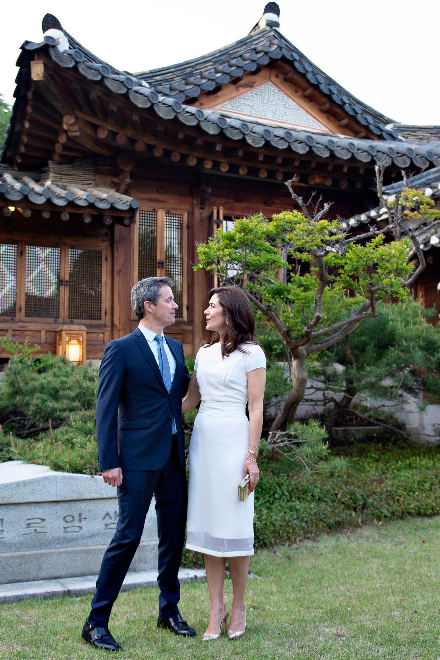 Prinz Frederik und Prinzessin Mary werfen sich vor demDinner im Korea Furniture Museum anlässlich des dänisch-koreanischen Kulturjahres verliebte Blicke zu.