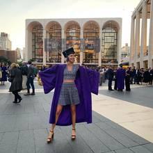 Vor dem ehrwürdigen New York Ballett feiert eine sichtlich stolze Prinzessin Olympia von Griechenland ihren Universitätsabschluss - stilecht mit Talar und Doktorhut. Das Adelsspross studierte an derGallatin School der New York University.