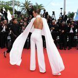 Ein schöner Rücken kann entzücken ... Josephine Skriver begeistert mit einem weißen Zweiteiler.
