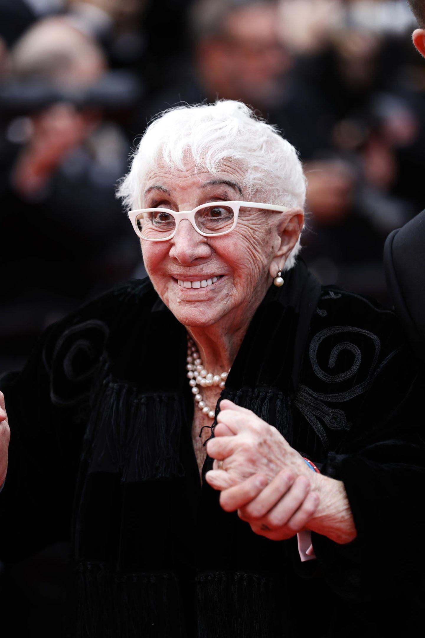 Die 90-Jährige RegisseurinLina Wertmüller freut sich sichtlich, wieder bei den Filmfestspielen in Cannes dabei zu sein.