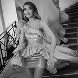 Lorena Rae wählt für ihren Auftritt in Cannes ein Kleid mit einer langen Schleppe, bei der sie auf Hilfe angewiesen ist.