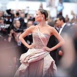 Das russische ModelNatasha Poly glänzt in einer glitzernden Robe.