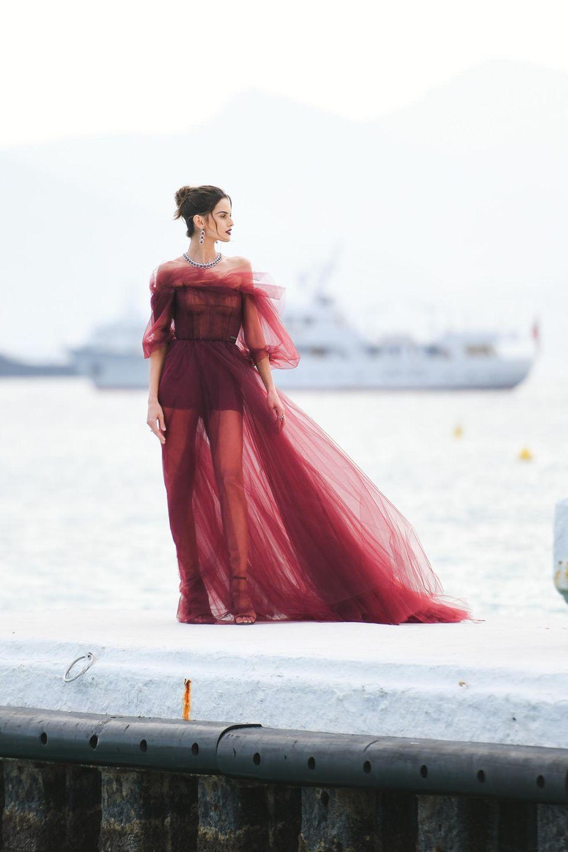 Bevor es auf den Roten Teppich geht, lässt sich Izabel Goulart noch inder traumhaften Kulisse von Cannes fotografieren.