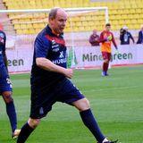 """Fürst Albert von Monaco zeigt sein sportliches Talent gerne auf dem Fußballplatz, hier bei einem Wohltätigkeitsspiel seines 1993 gegründeten Sportvereins """"Star Team for Children""""."""