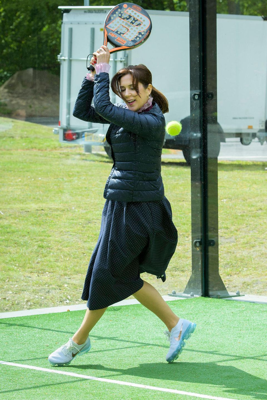 Richtig leidenschaftlich fliegt Prinzessin Mary über den Tennisplatz.