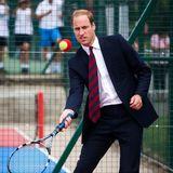 Und Tennis steht ebensoauf der Sportliste des smarten Prinzen. Manchmal sogar im Anzug und mit Schlips.