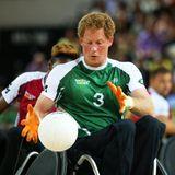 Als Initiator der paralympischen Invictus Games für kriegsversehrte Soldaten setzt sich Harry zum Handballspielen sogar selbst in den Rollstuhl.