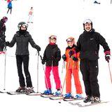 Und noch mehr Skifahrer: König Felipe von Spanien ist mit seiner Frau Letizia und den Töchtern Leonor und Sofia gern im spanischen Jaca auf dem Berg.