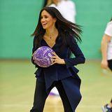 Herzogin Meghan hat großen Spaß an Ballspielen, die kann sie sogar mit Stilettos spielen.