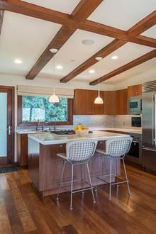 Die offene Küche mit großer Kücheninsel lädt zu ausgiebigenKochabenden ein.