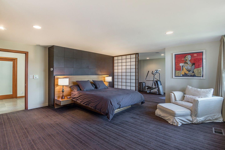In Kristin Davis Villa befinden sich ingesamt vier Schlafzimmer und fünf Bäder. Um keine Ausreden zu erfinden, grenzt an dieses Schlafgemachsogar ein kleiner Fitnessraum. So ein Luxus kostet: Der Wert der Villa beläuft sich auf insgesamt3.095 Millionen Dollar.