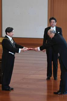 23. Mai 2019  Naruhito verleiht zum ersten Mal als Kaiser von Japan eine Medaille. Im Kaiserpalast von Tokiovergibt er den Orden für außergewöhnliche Verdienste im zivilen und militärischen Bereich.