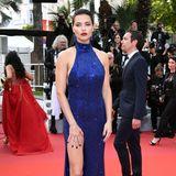 Adriana Lima setzt sich in einem blauen Paillettenkleid von Michael Kors in Szene.