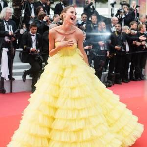 """Fernanda Liz strahlt auf dem roten in einer Kreation von Ali Karoui, das glatt auch Belle aus """"Die Schöne und das Biest"""" tragen könnte."""