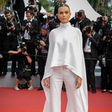 Josephine Skrivers viertes Cannes-Outfit ist ein wunderoller Zweiteiler von Ashi Studio, das vor allem durch die langen Seidenärmel auffällt.