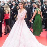 Iris Mittenaere, Miss Universe 2016, unterstreicht ihre Schönheit in einem Couture-Kleid von Michael Cinco, das prinzessinnenhafter gar nicht sein könnte.