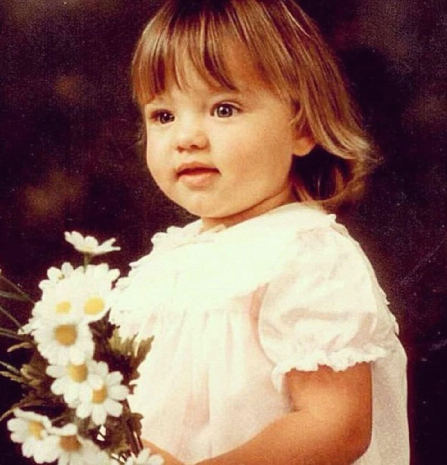 Miranda Kerr  Wie niedlich! Miranda Kerr teilt auf Instagram ein Fotoaus ihrer Kindheit, auf dem das Model mit süßen Pausbäckchen, einem kessen Pony und großem Blumenstrauß in die Kamera lächelt.