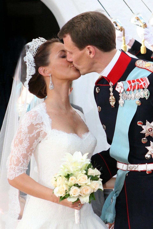 Zärtlich küsst Prinz Joachim seine frisch angetraute Ehefrau Prinzessin Marie. Das Paar bekommt nach der Hochzeit 2008 zwei Kinder: Prinz Henrik und Prinzessin Athena.