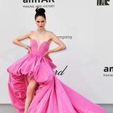 Noch ein Bonbon-Highlight: Coco Rocha trägt ein pinkfarbenes Kleid von Ashi Studio.
