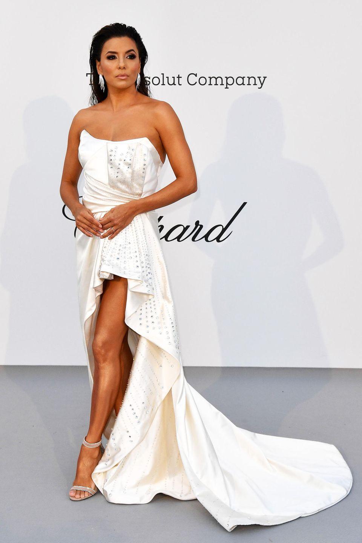 Im weißen,mit StrasssteinenbesetztenSatindresspräsentiert sich Eva Longoria im Hôtel du Cap-Eden-Roc.