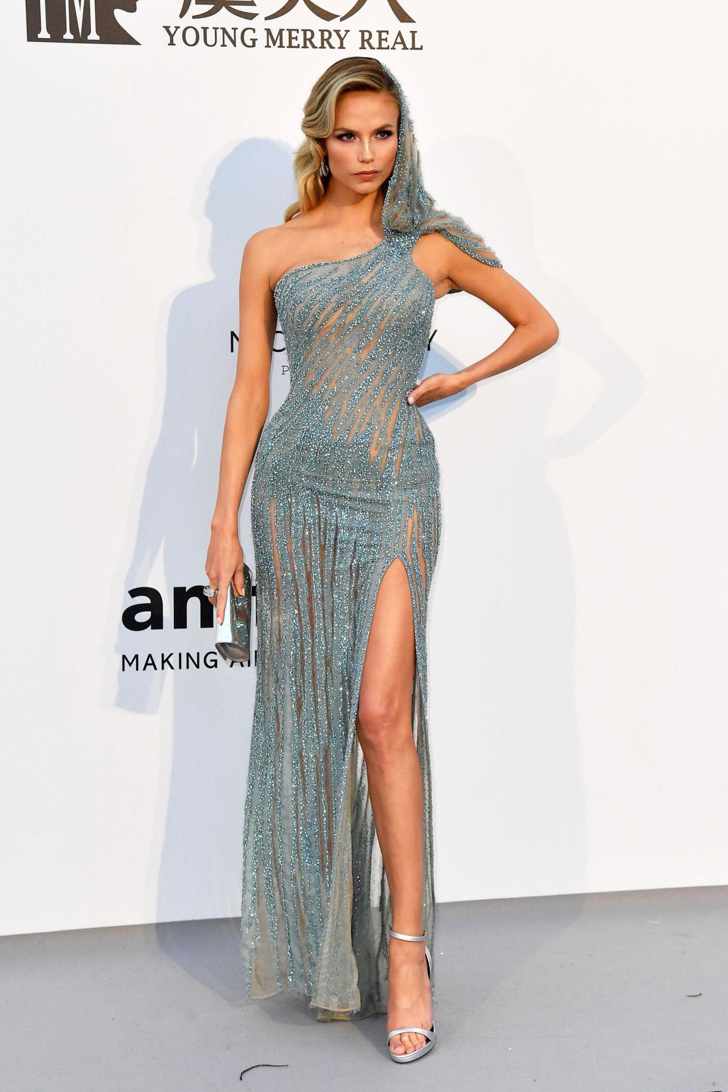 Natasha Poly glitzert im mit Swarovski-Kristallen besetzten Traumkleid von Atelier Versace.