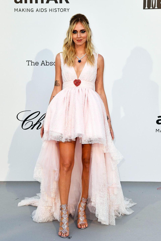 Herzig im hellrosafarbenen Spitzendress präsentiert sich Chiara Ferragni. Auch dieser Look stammt aus der neuen Kollektion von Giambattista Valli für H&M.