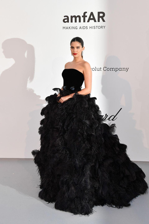 Black Swan: Im schwarzen Federkleid von Armani bezaubert Sara Sampaio in Cap d'Antibes.