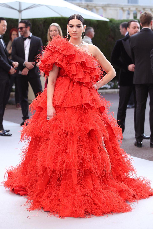 An diesem Look guckt garantiert niemand vorbei: Dua Lipa besucht die amfAR-Galaim roten Valentino-Kleid.