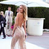 Kimberley Garner betont im sexy Glamour-Dress ihre Rückseite.