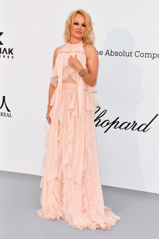 Pamela Anderson präsentiert sich bei der amfAR-Gala in zartem Rosa.