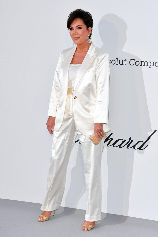 Kris Jenner überlässt ihrer Tochter Kendall lieberden großen Auftritt in Pink und hat sich für einen Satin-Anzug in Weiß entschieden.