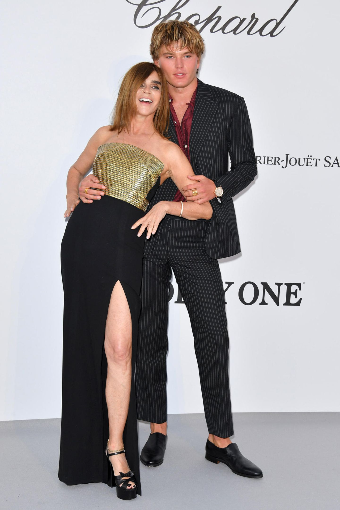 Carine Roitfeld posiert im stylischen Bustier-Look mit Male Model Jordan Barrett.