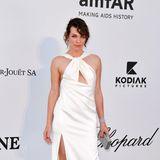 Milla Jovovich hat sich sommerliches Weiß für die amfAR-Gala ausgesucht.