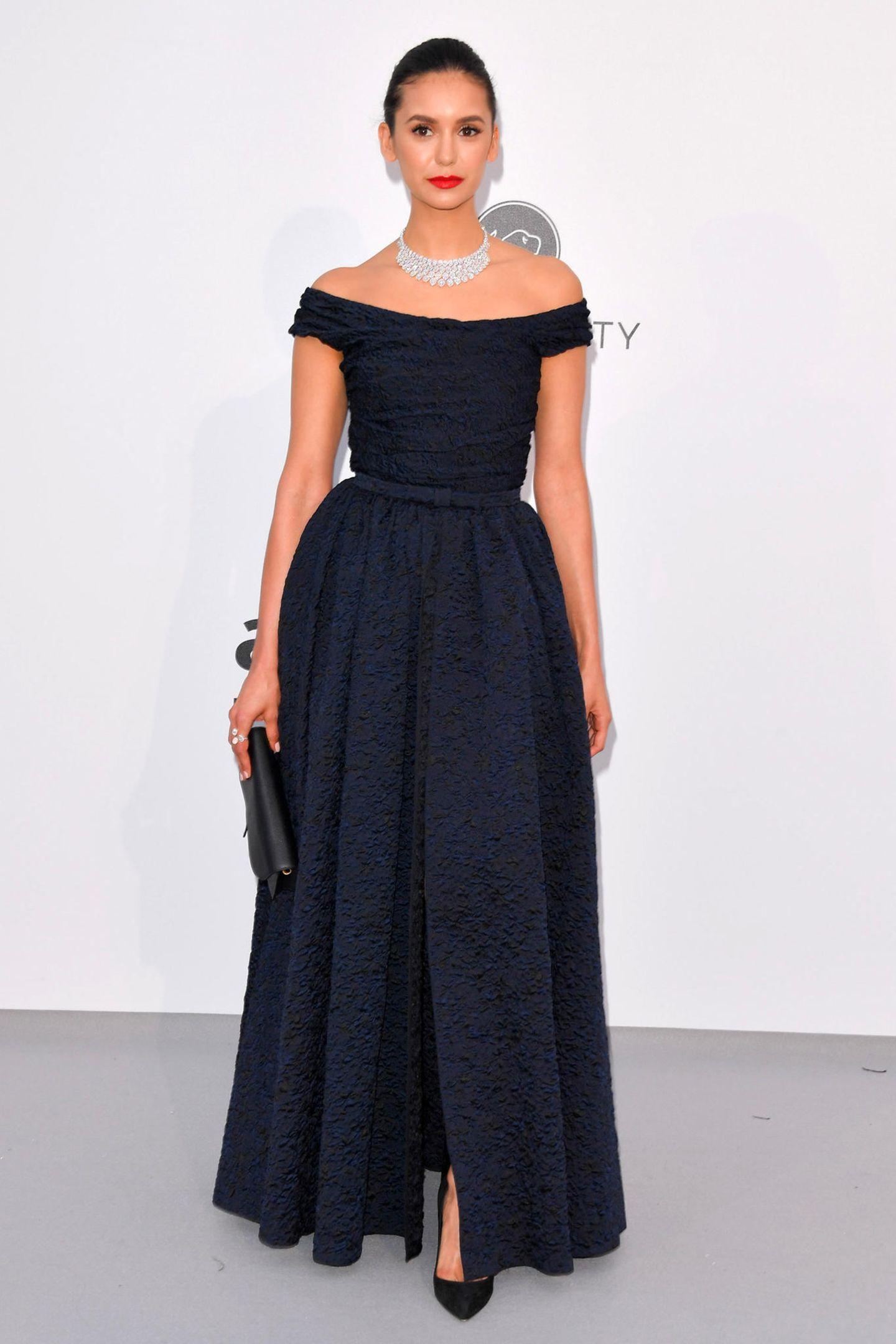 Elegant, aber fast ein wenig unauffällig wirkt Nina Dobrev in ihrer dunkelblauen Dior-Robe.