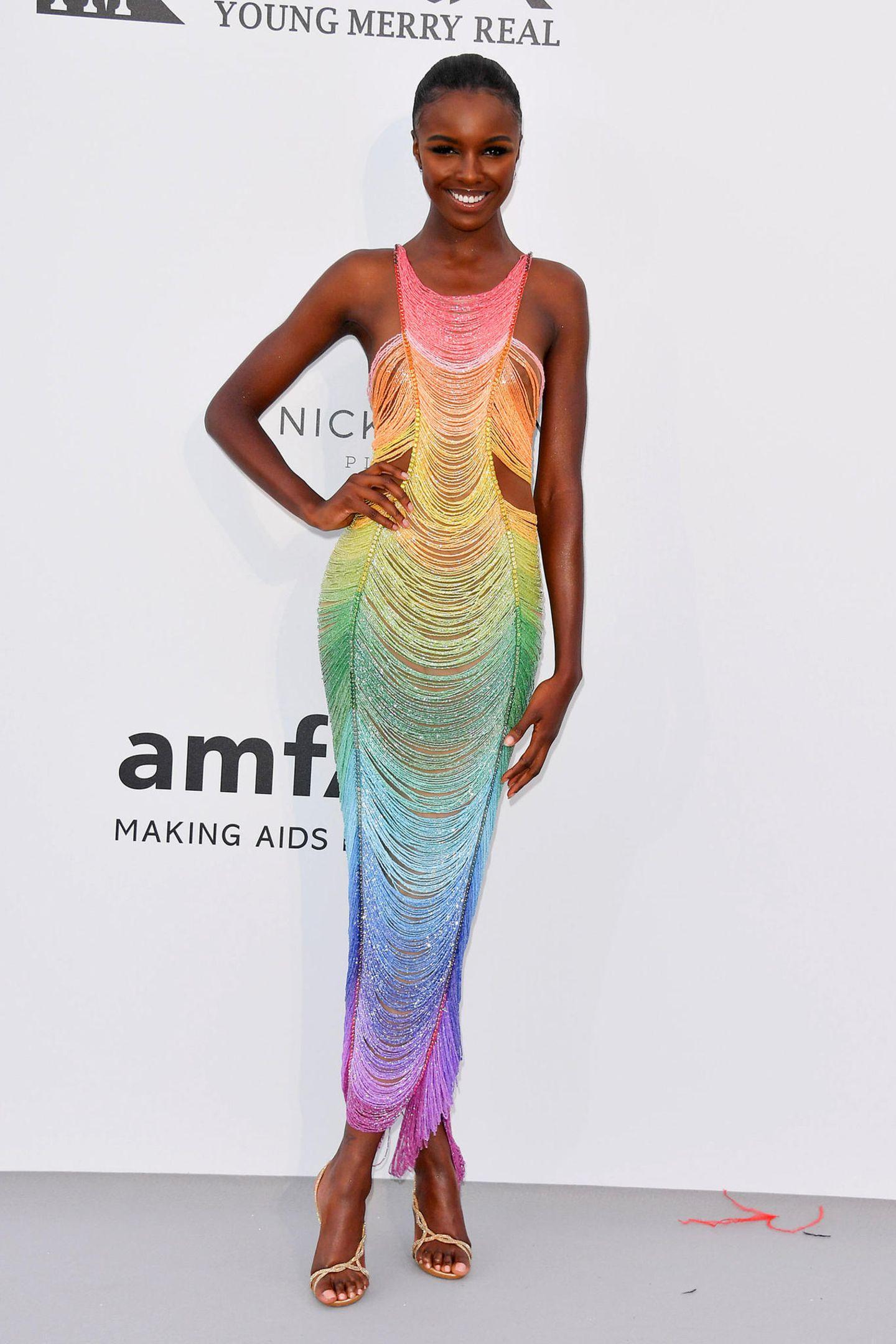 Topmodel Leonie Anderson ist im Regenbogen-Look ein toller Blickfang.