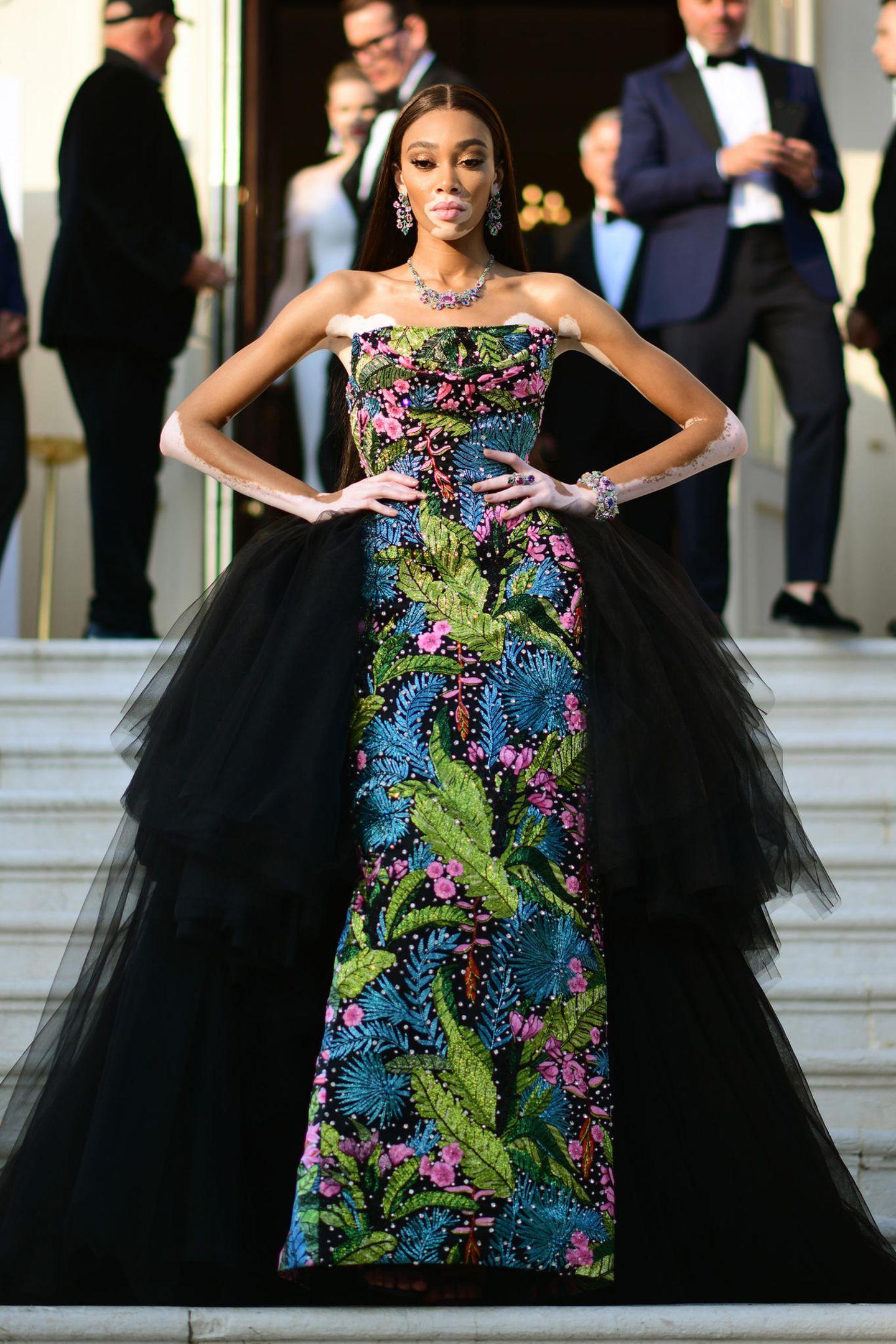 Einen Wahnsinnsauftritt legt Topmodel Winnie Harlow hin. Sie begeistert in einemfloralen Dress mit schwarzem TüllvonRichard Quinn.