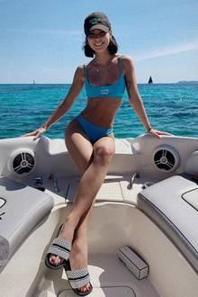 Ahoi, Lena! Die 28-Jährige lässt ihre Seele baumeln und schippert mit einem kleinen Boot durch das Meer. Passend zum schönen Blau des Wassers, trägt die Sängerin einen Bikini im gleichen Farbton und schützt sich vor der Sonne mit einer Cap. Doch im Mittelpunkt steht nicht nur der traumhafte Instagram-Schnappschuss: Vor allem Lenas schlanker Body sorgt für jede Menge Diskussionen bei ihren Fans.