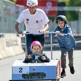 16. Mai 2019  Im pinken Helm fährt Prinzessin Athena - mit kleiner Hilfe von Papa Prinz Joachim und Bruder Prinz Henrik ihr erstes Seifenkistenrennen.