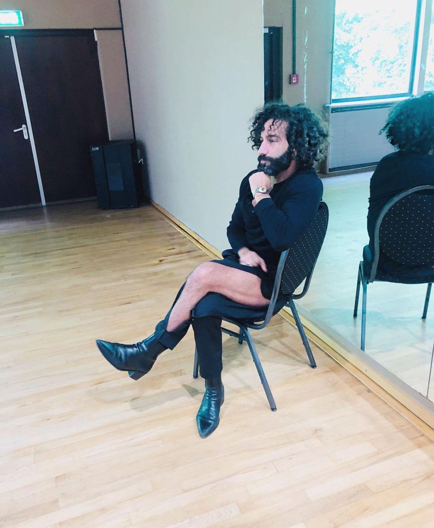 """23. Mai 2019  """"Hose kaputt ... Der neue Trend aus Paris"""", scherzt Massimo Sinató und präsentiert auf Instagram seine durchtrainierten Beine."""