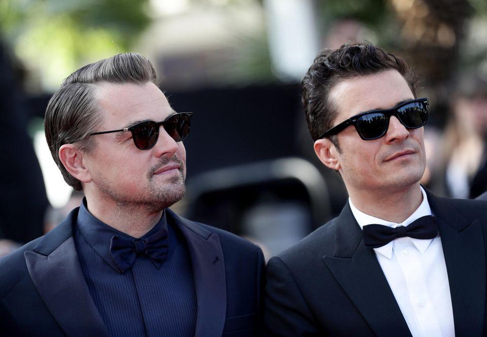"""Haben sich Leonardo DiCaprio und Orlando Bloom etwa abgesprochen ? Bei der Filmvorführung von""""The Traitor"""" erscheinen die beiden Hollywoodstars lässig mit Sonnenbrille."""